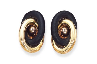 A PAIR OF 18K GOLD AND WOOD EA
