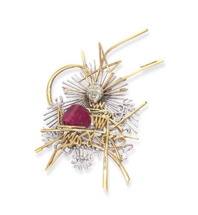 A GOLD AND RUBELITE BROOCH
