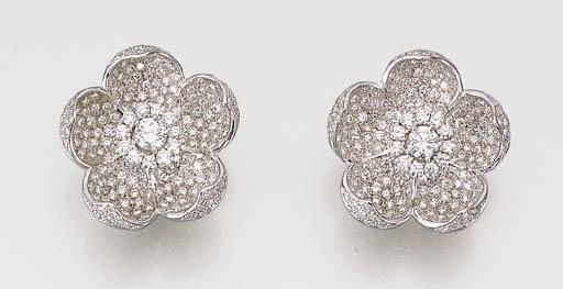 A PAIR OF DIAMOND FLOWER EAR C