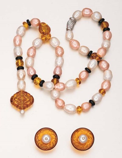 A SET OF CULTURED PEARL, AMBER