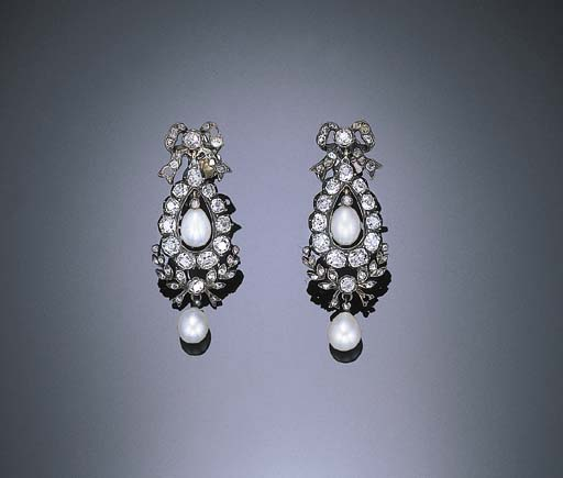 A PAIR OF ANTIQUE DIAMOND AND PEARL EAR PENDANTS