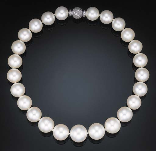 AN IMPRESSIVE SINGLE-STRAND SOUTH SEA CULTURED PEARL NECKLACE