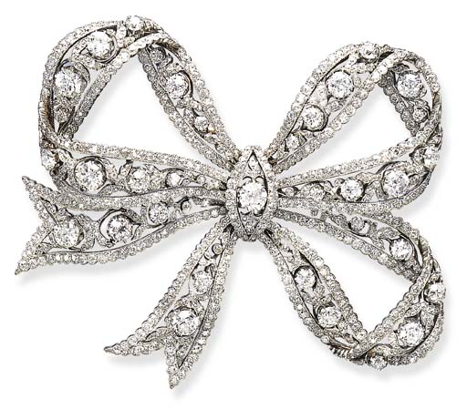 AN EXQUISITE DIAMOND BOW BROOC