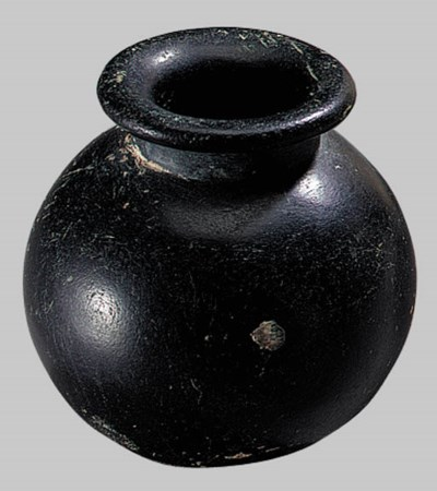 AN EGYPTIAN BLACK STONE COSMET