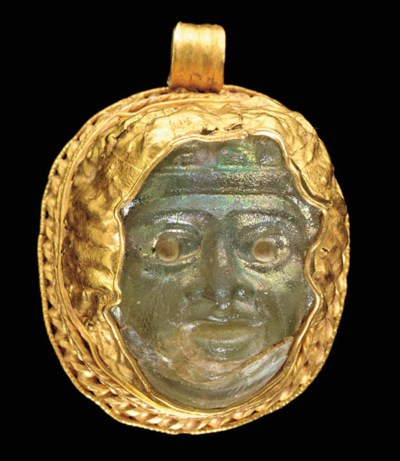 A ROMAN GOLD AND GLASS PENDANT
