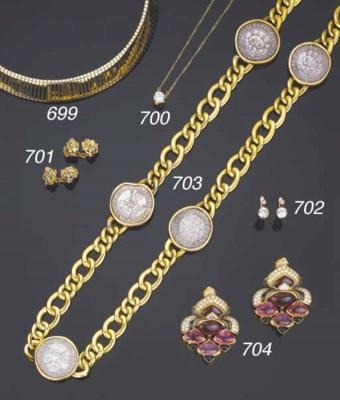 Lunga catena in oro con monete