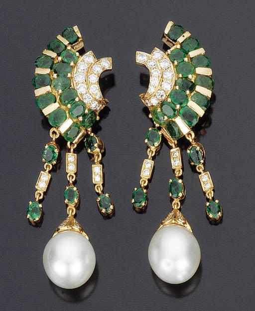 Paio di orecchini con smeraldi, brillanti e perla coltivata