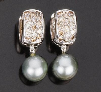 Paio di orecchini con perla gr