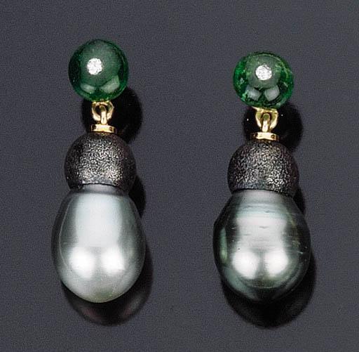Paio di orecchini con perla grigia coltivata