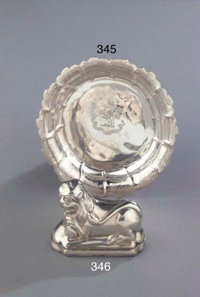 A silver lion-shaped snuff-box