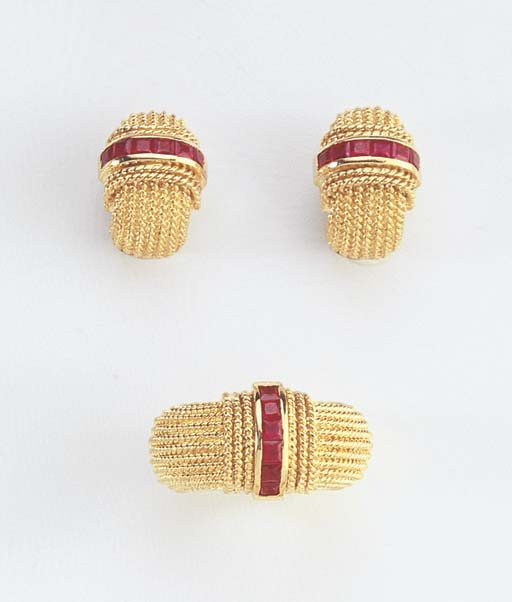 A PAIR OF GOLD AND RUBY EARCLI