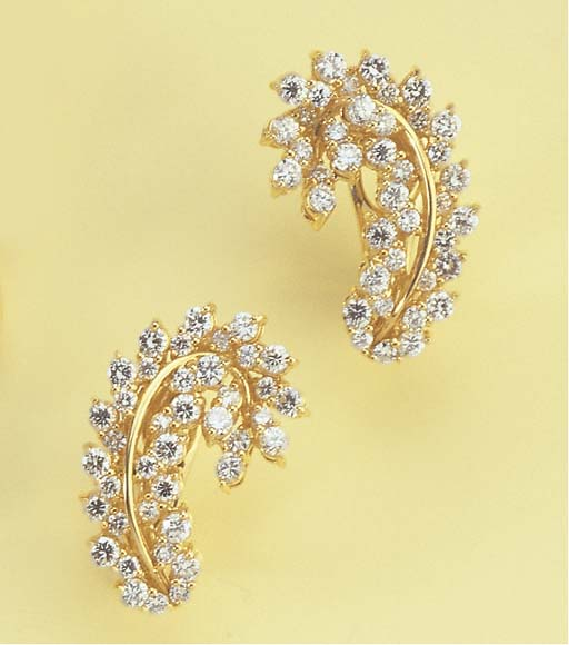A PAIR OF DIAMOND FOLIATE EARR
