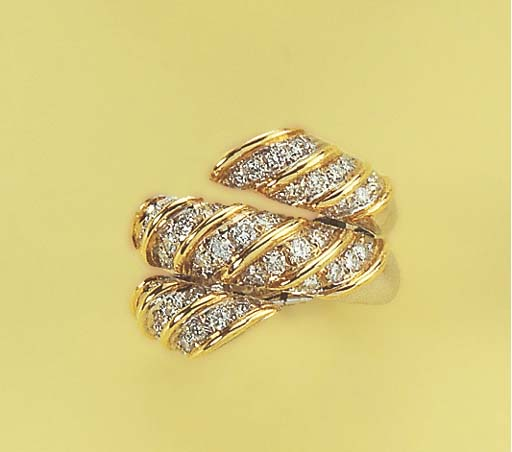 A DIAMOND AND GOLD TWIST RING