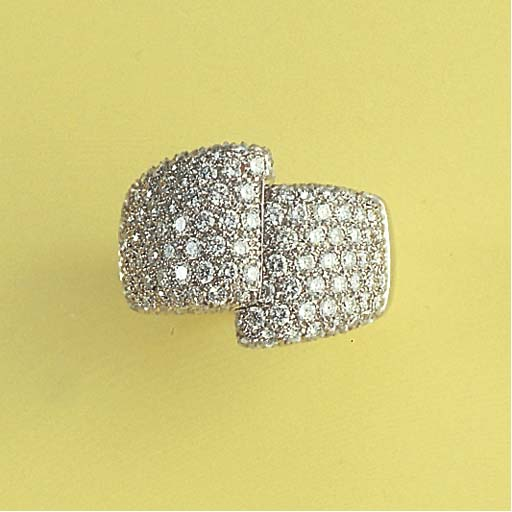 A DIAMOND AND WHITE GOLD RING