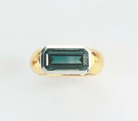 A GREEN TOURMALINE AND GOLD RI