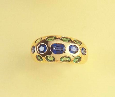 A SAPPHIRE AND EMERALD RING