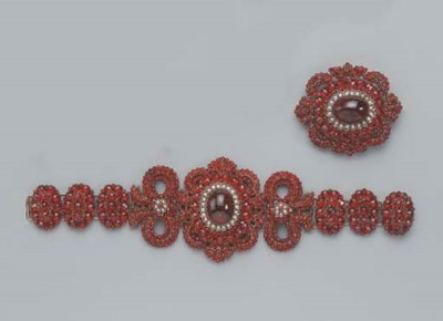 AN ANTIQUE GARNET AND PEARL BR