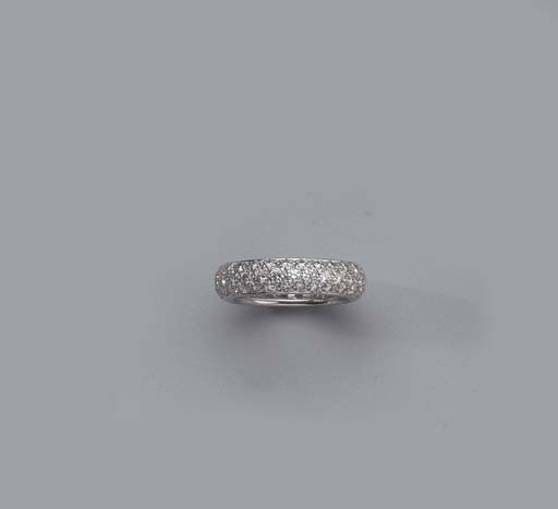 A WHITE GOLD AND DIAMOND RING