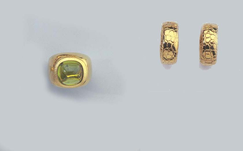 A GOLD AND PERIDOT RING AND A