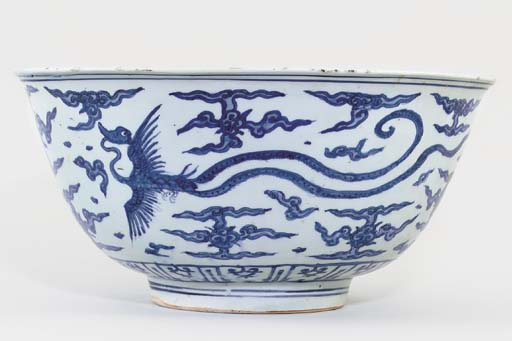 A LARGE MING BLUE AND WHITE 'P