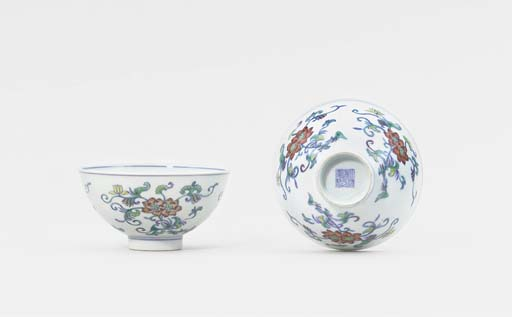 A MATCHED PAIR OF DOUCAI BOWLS