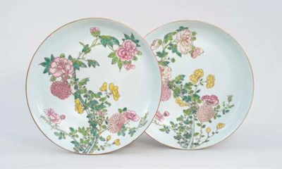 A PAIR OF LARGE FAMILLE ROSE D