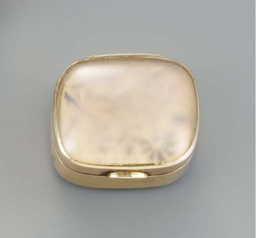 A gold mounted pale agate vina