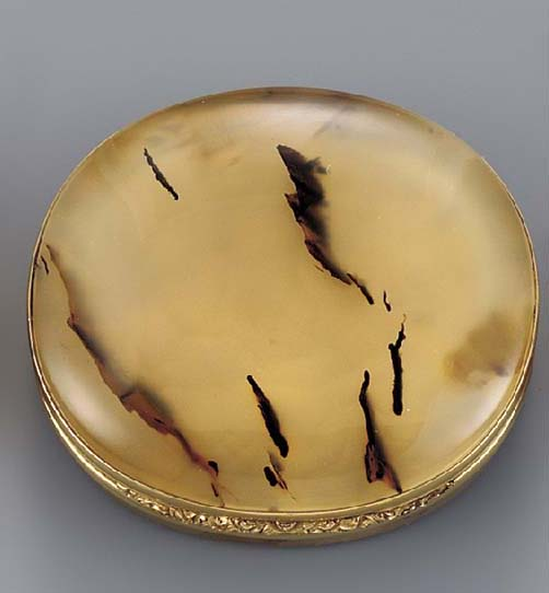 A gold-mounted agate vinaigret