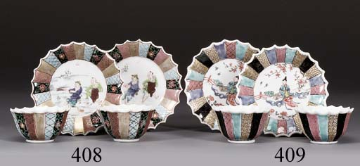 A PAIR OF FLUTED FAMILLE ROSE TEABOWLS AND SAUCERS