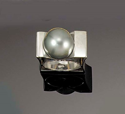 A grey cultured pearl ring by