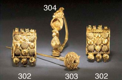 A PAIR OF LARGE ETRUSCAN GOLD
