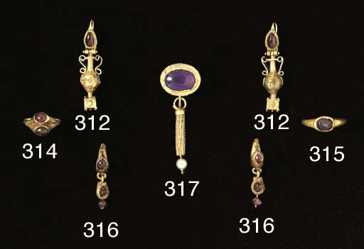A PAIR OF ROMAN HOLLOW GOLD LE