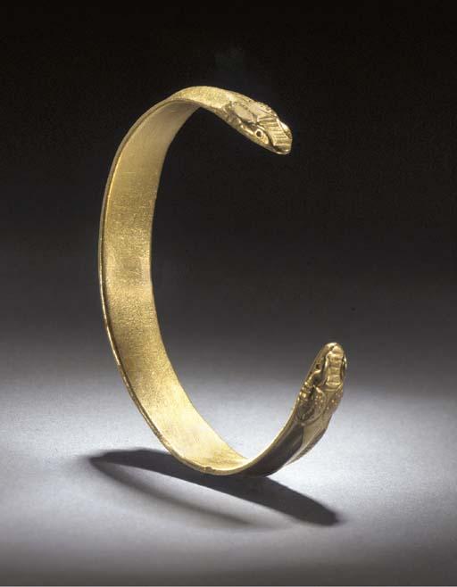 A ROMAN SOLID GOLD SNAKE-HEADE