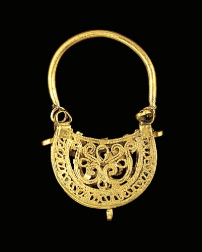 A PAIR OF GOLD EARRINGS OF BAS