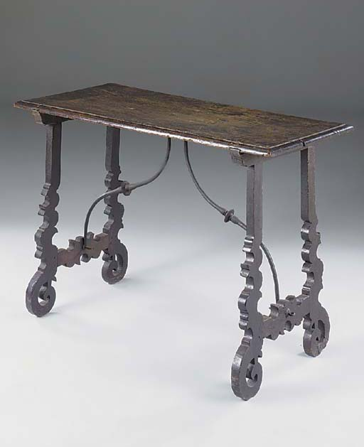 A SPANISH WALNUT CENTRE TABLE,