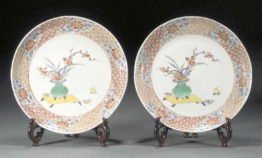 A pair of Kakiemon style dishe