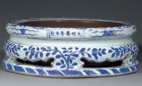 A late Ming blue and white stand  Wanli