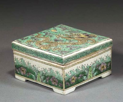 A FAMILLE VERTE SQUARE BOX AND