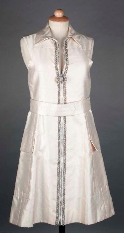A sleeveless dress of ivory sh