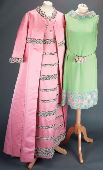 A dress of baby pink satin, en