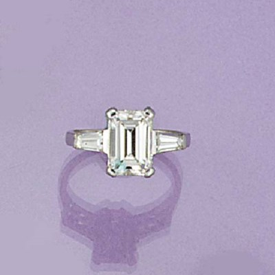 A rectangular cut diamond sing