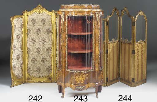 A FRENCH KINGWOOD AND GILT METAL MOUNTED VITRINE, LATE 19TH/EARLY 20TH CENTURY