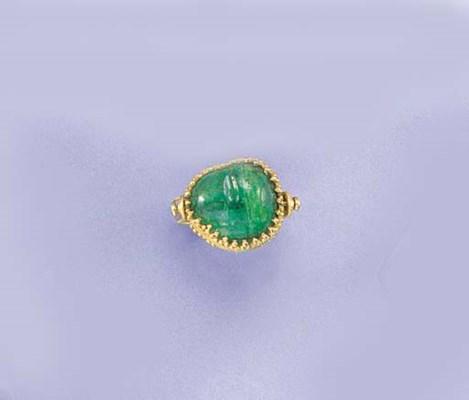 A tumbled emerald swivel ring