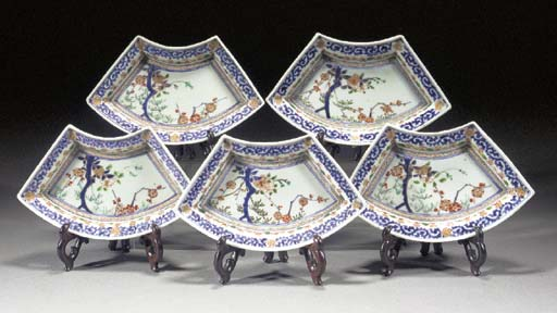 Five fan shaped dishes en suit