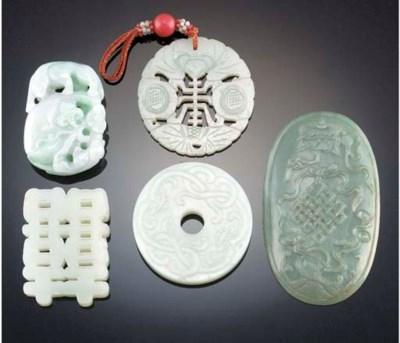 A Chinese jadeite pendant 19th