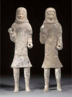 A pair of Han pottery models o