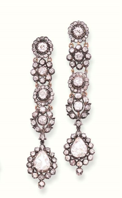 A PAIR OF ANTIQUE DIAMOND EAR
