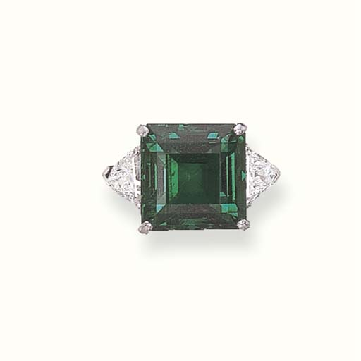 AN EXTREMELY FINE EMERALD RING