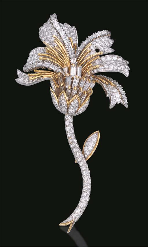 A DIAMOND FLOWER BROOCH, BY DA