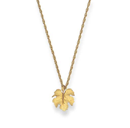 AN 18K GOLD PENDANT NECKLACE,